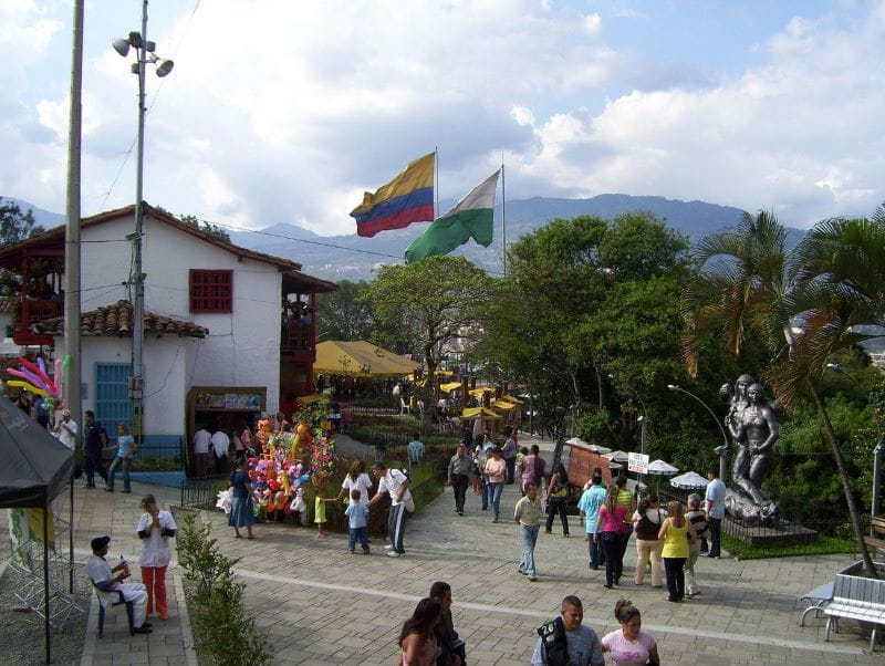 Sebuah alun-alun luar ruangan oleh Pueblito Paisa di Medellín, Kolombia.