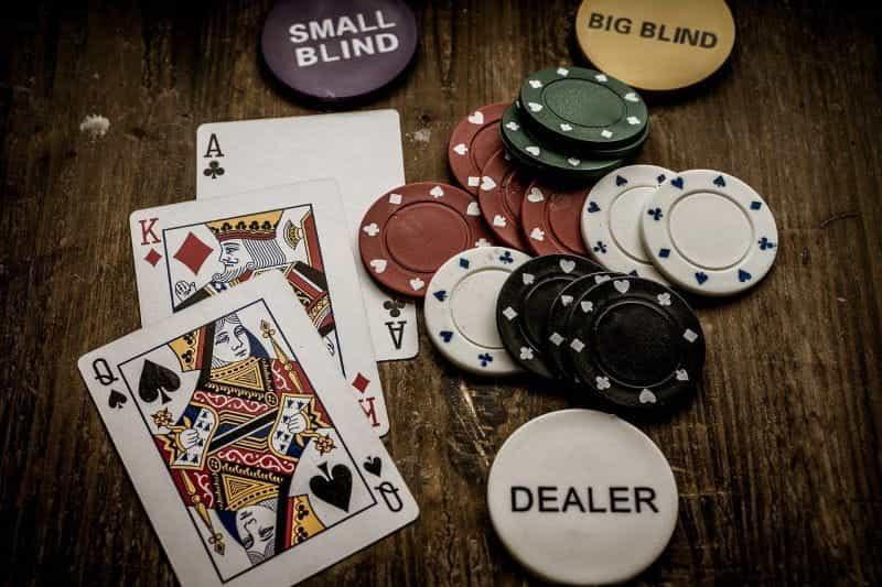 Sebuah meja dipenuhi chip poker dan kartu remi.
