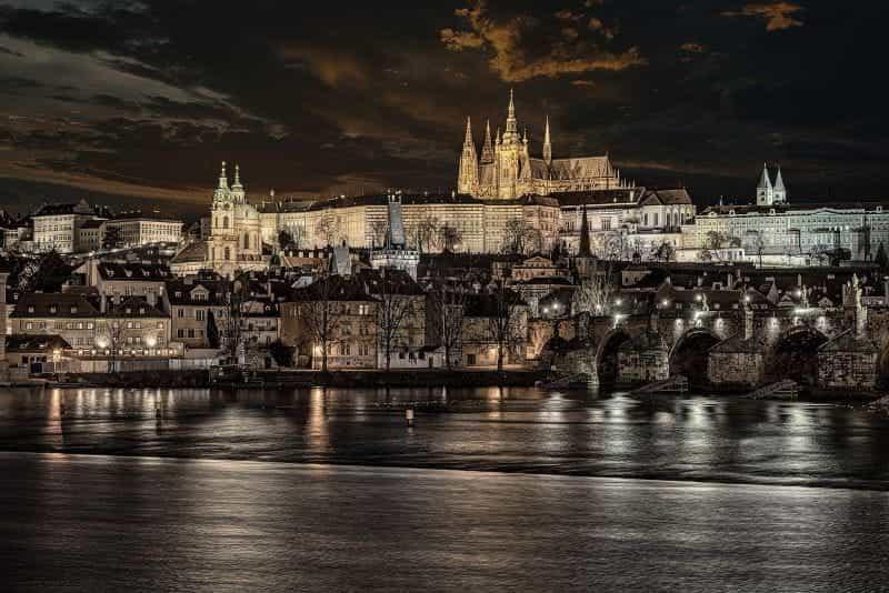 Ibu kota Republik Ceko menyala di malam hari, dengan pemandangan Jembatan Charles yang terkenal di sebelah kanan.