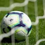Sepak bola Liga Premier dalam jaring gawang.