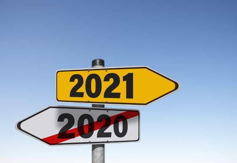 Dua papan penunjuk arah untuk tahun 2020 dan 2021.