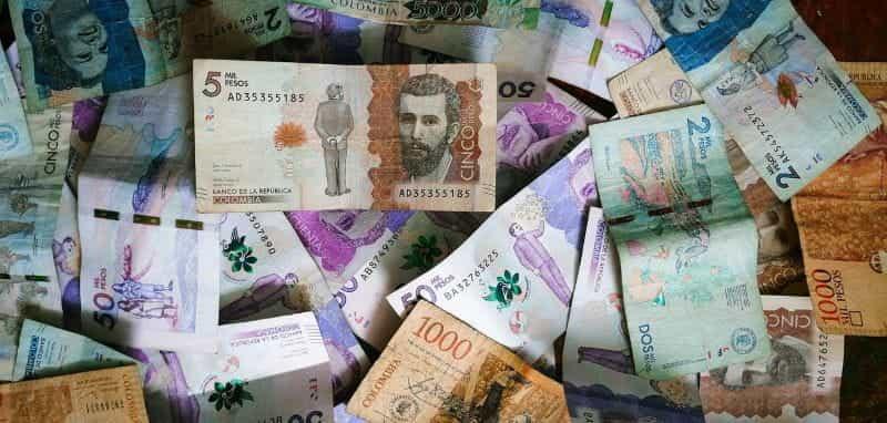Setumpuk peso Kolombia di atas meja.