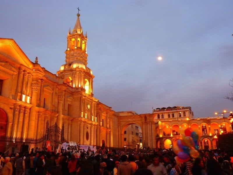 Kerumunan yang meriah berkumpul di luar sebuah bangunan bersejarah di Arequipa, Peru.