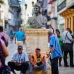 Orang-orang berjalan melalui alun-alun di Republik Dominika.