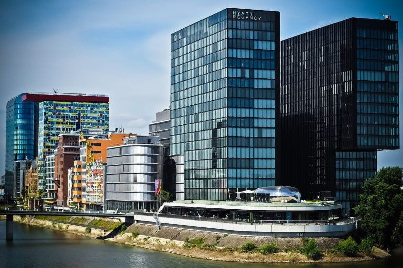Pelabuhan media kota Düsseldorf di Jerman, menampilkan gedung pencakar langit yang menjulang tinggi dan indah serta perkembangan modern.