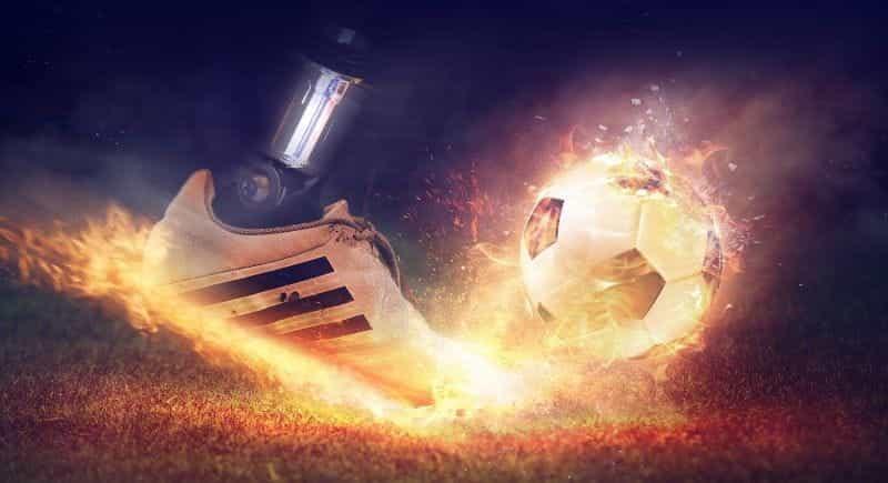 Sepak bola dipukul.