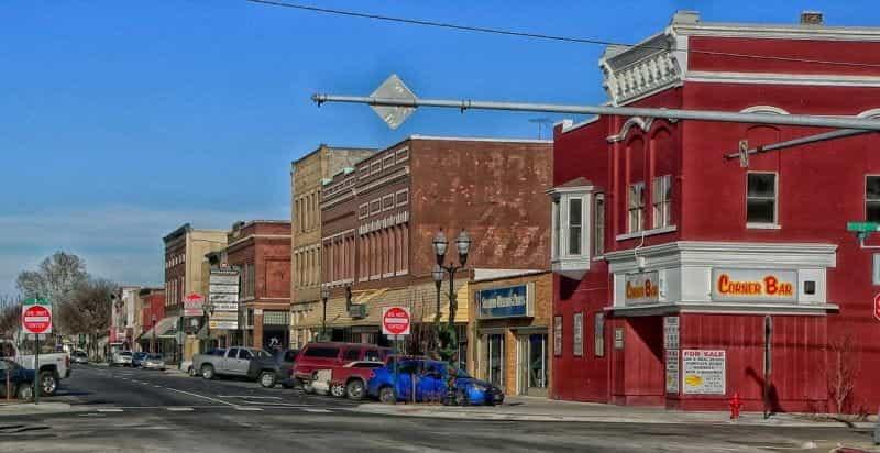 Jalan utama yang tenang di Fremont, Nebraska, AS.