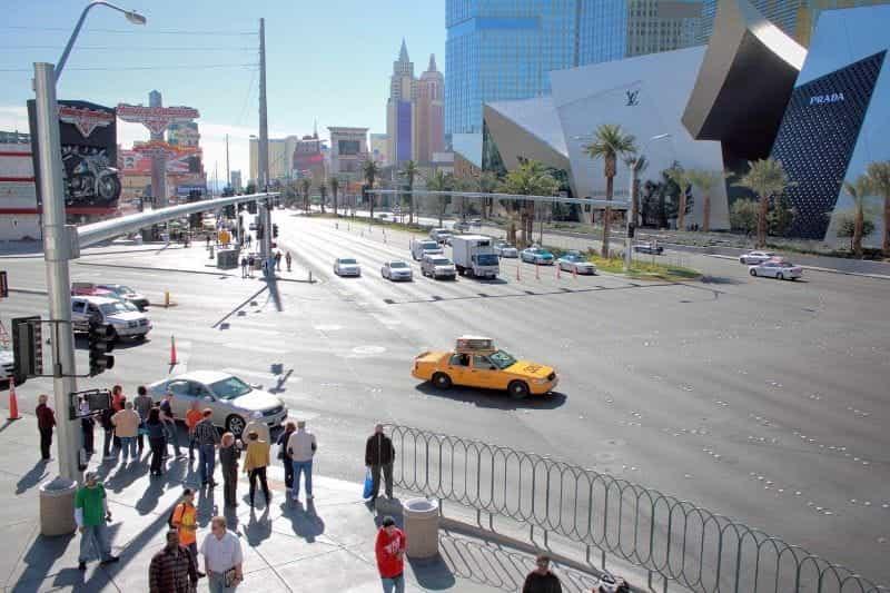 Persimpangan cerah di Las Vegas Strip.