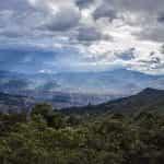 Pegunungan mengelilingi kota Medellín, Kolombia.