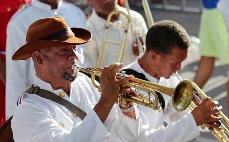 Dua pria memainkan terompet di sebuah parade di Republik Dominika.