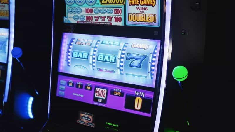 Mesin slot yang menyala di kasino.