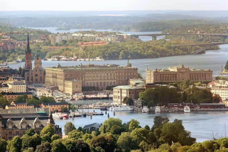 Pemandangan udara dari ibu kota Swedia di Istana Kerajaan Stockholm, dengan air dan jembatan yang mengelilinginya.