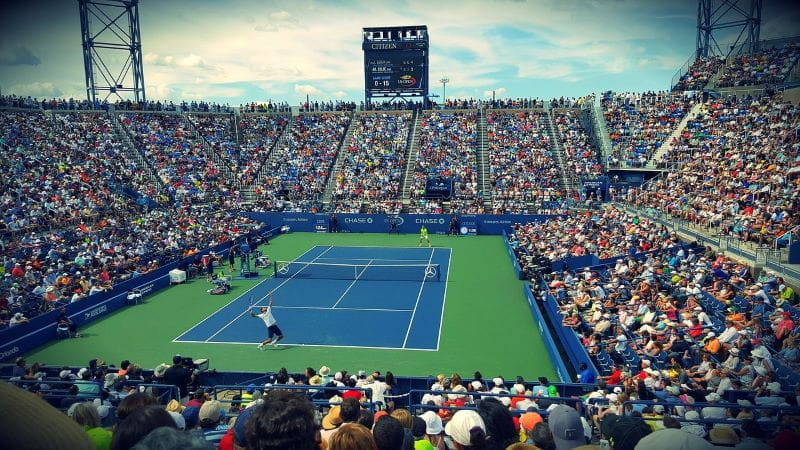 Pertandingan lapangan tenis.