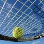 Raket tenis di bawah sinar matahari.
