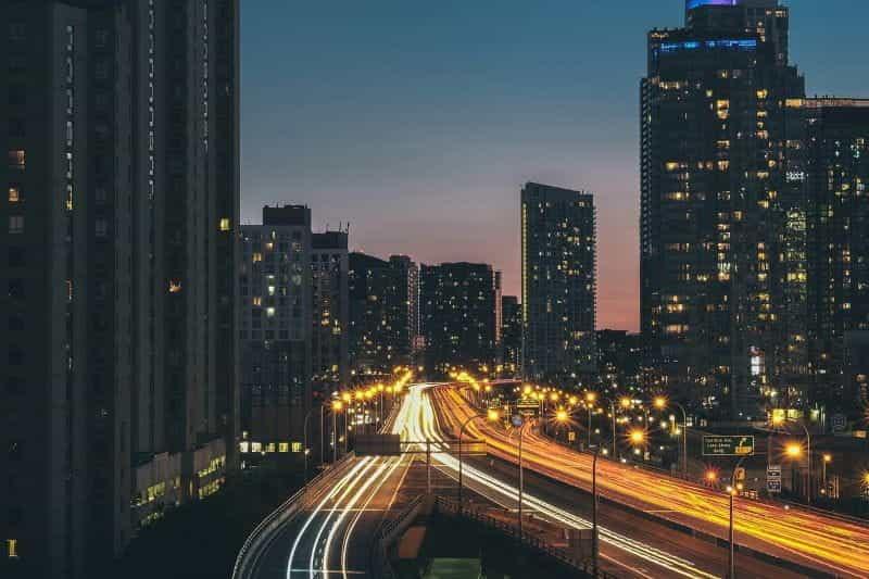 Matahari terbenam di atas jalan raya yang sibuk di Toronto, Kanada.