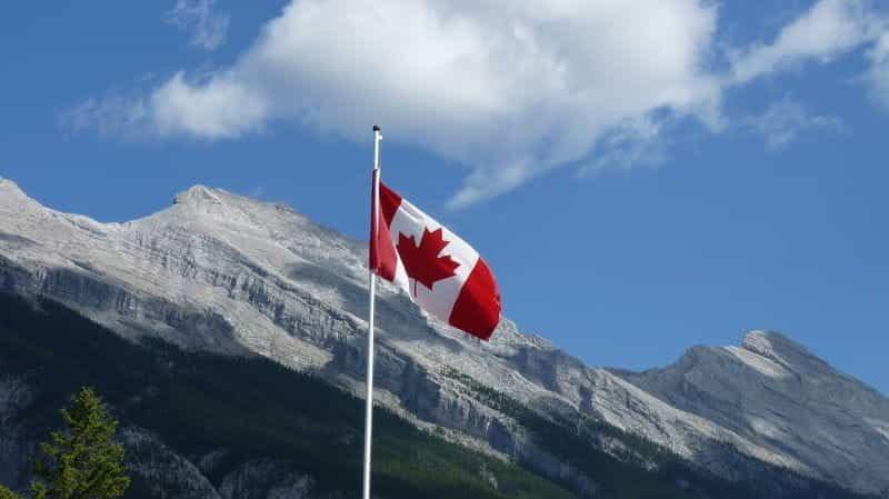 Bendera Kanada berkibar di taman nasional.