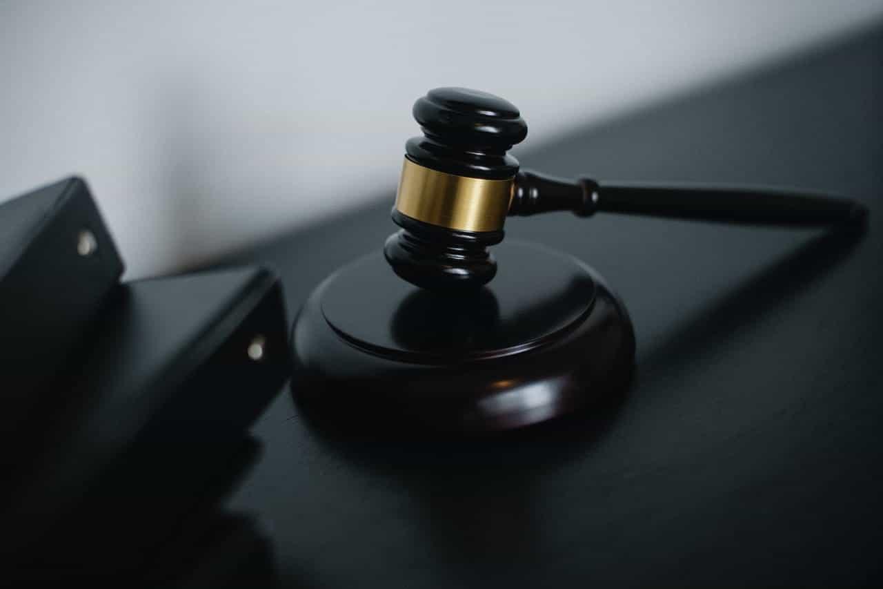 Palu kayu hakim di atas meja kantor.