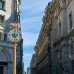 Sebuah jam di jalan di Buenos Aires, Argentina.