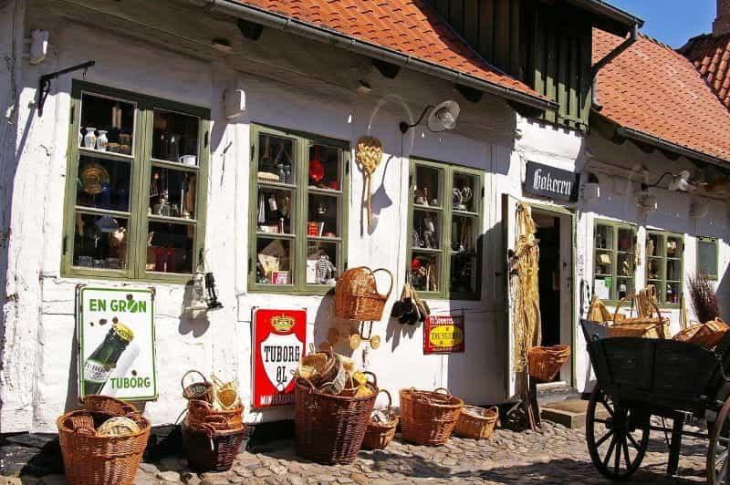 Toko barang antik tua di suatu tempat di Denmark, dengan tanda bir khas negara Tuborg di depannya.