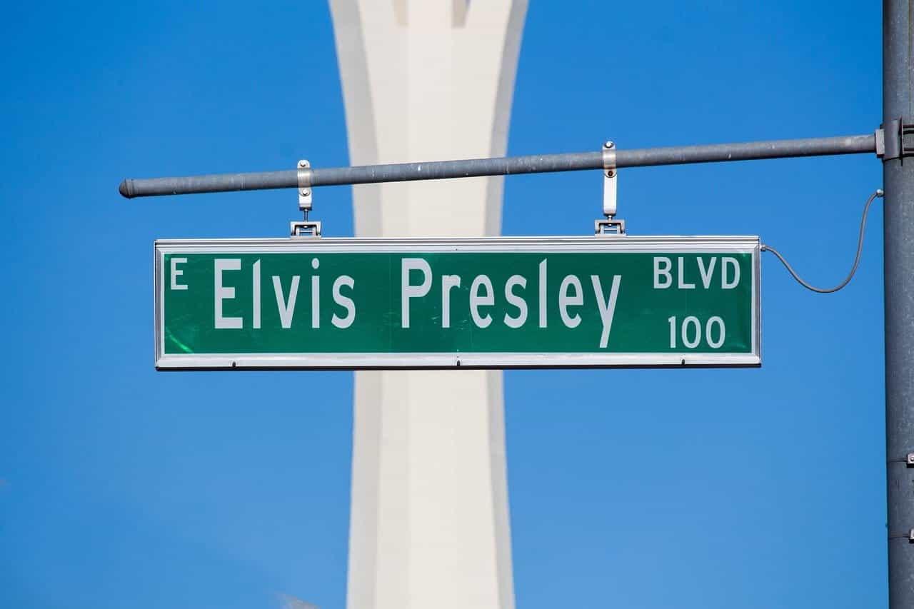 "Sebuah tanda jalan membaca ""Elvis Presley Blvd."""