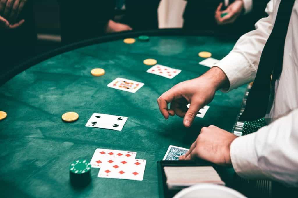 Seorang bandar menangani kartu dan chip di kasino.
