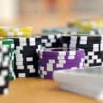 Tumpukan chip poker dan kartu remi.