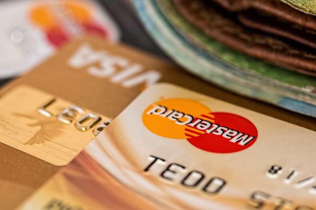 Kartu kredit emas dan uang kertas.