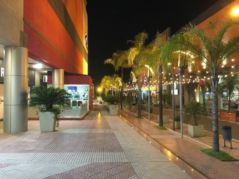 Sebuah pusat perbelanjaan luar ruangan di Paraguay pada malam hari.