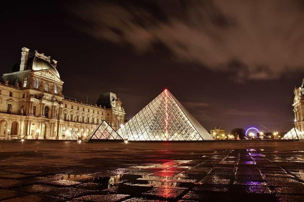 Ibu kota Prancis, Paris, dan museum Louvre yang terkenal di dunia.