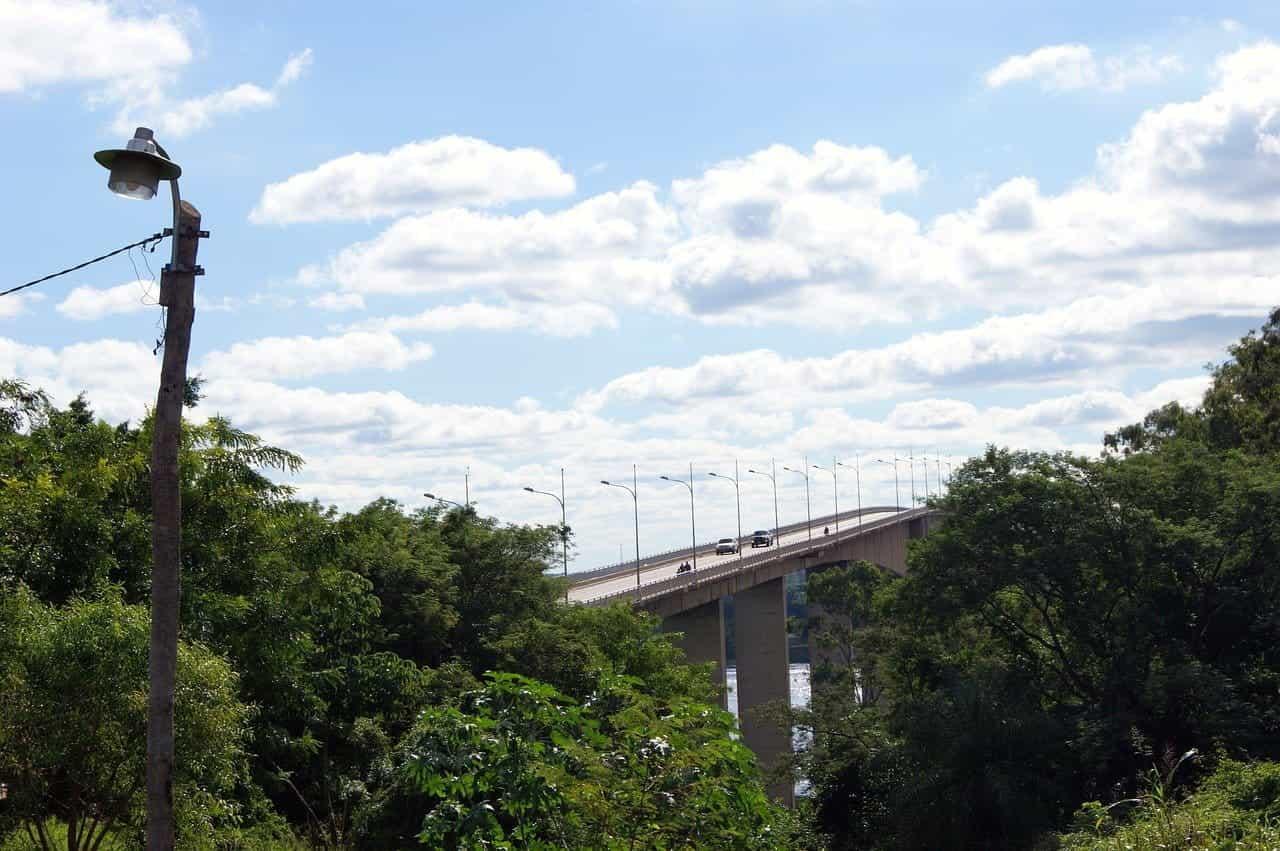 Sebuah jembatan sempit di atas Rio Paraguay di Asunción, Paraguay.