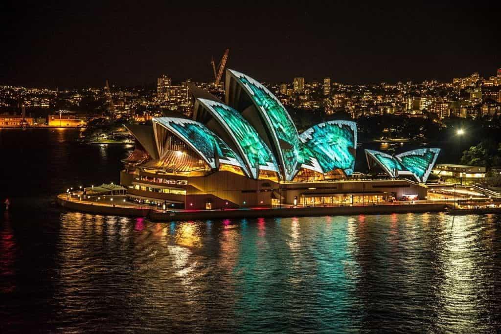 Sydney Opera House menyala hijau.