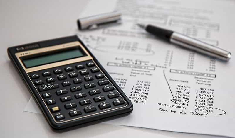 Laporan keuangan dan kalkulator.