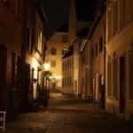 Pusat kota bersejarah di malam hari, benar-benar ditutup dan tidak ada orang di jalan.