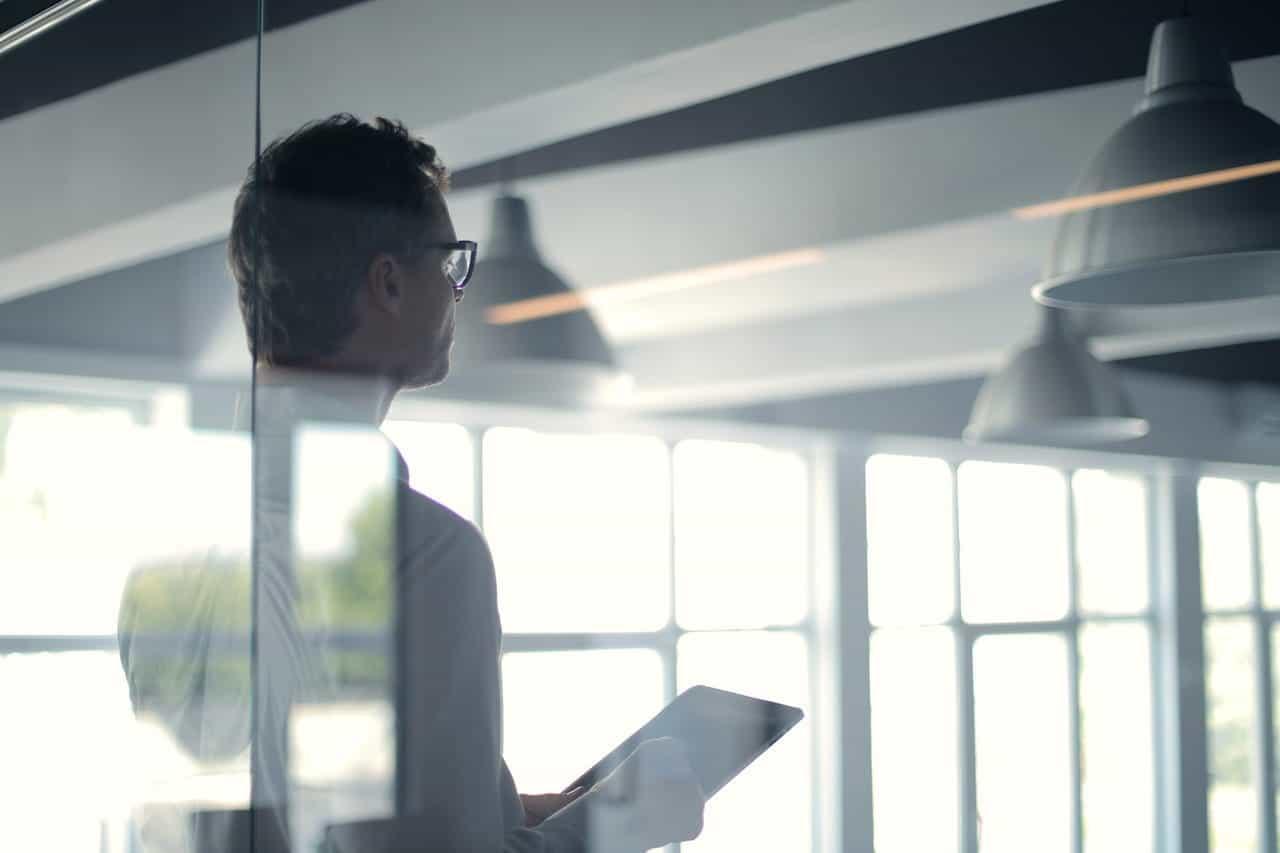 Seorang bos perusahaan memimpin rapat kantor.