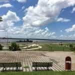Bangku menghadap laut di Asunción, Paraguay.
