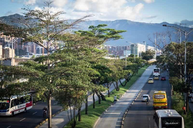 Mobil melewati Medellin, Kolombia.