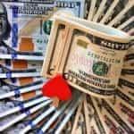 Uang kertas dan uang dolar.