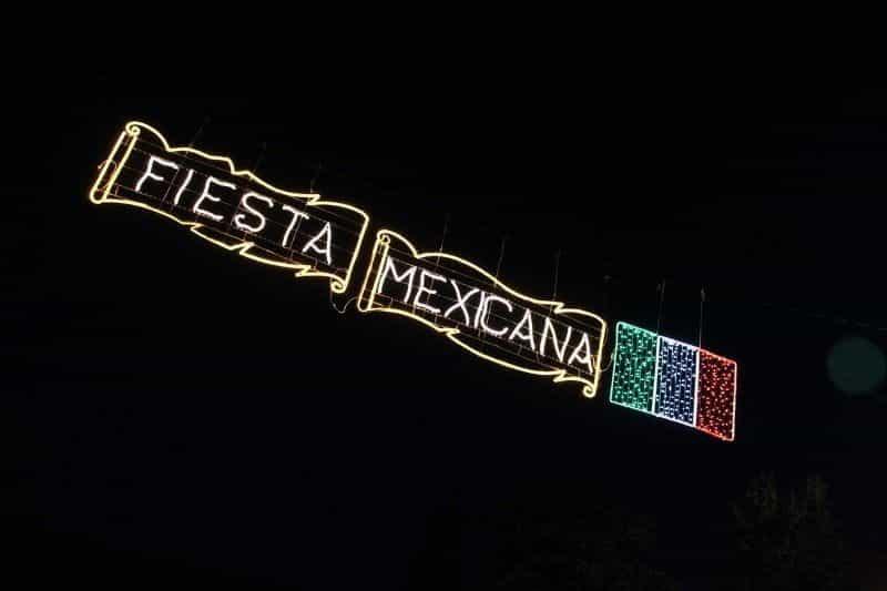 Tanda neon bertuliskan FIESTA MEXICANA.