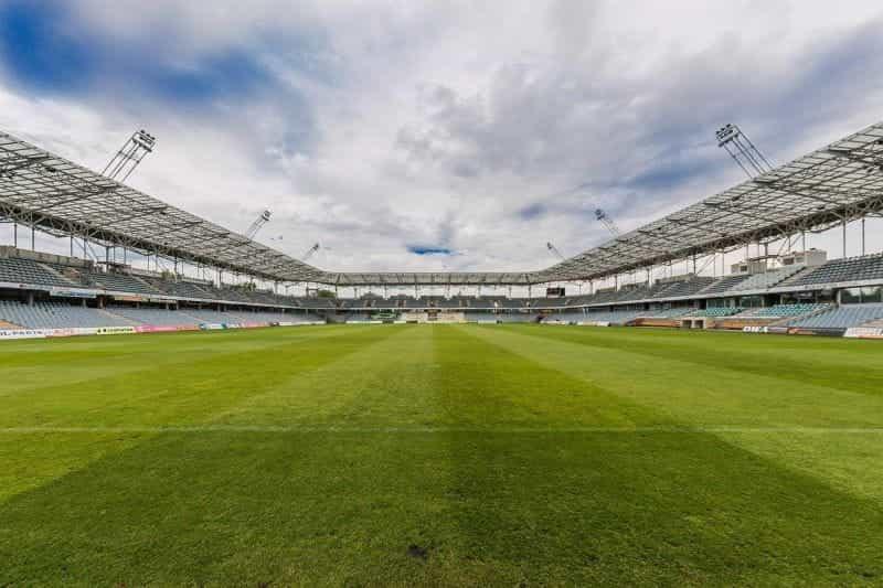 Stadion sepak bola kosong dari pandangan seorang penjaga gawang.