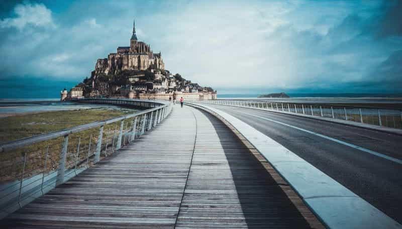 Kota Saint-Malo di Prancis, menampilkan kota bertembok yang terkenal di dunia.