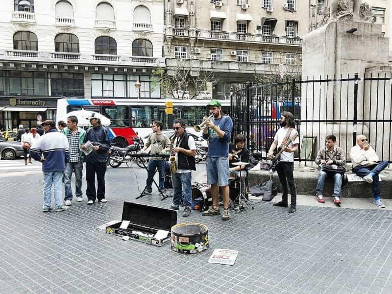 Musisi jalanan bermain di sebuah alun-alun di Argentina.