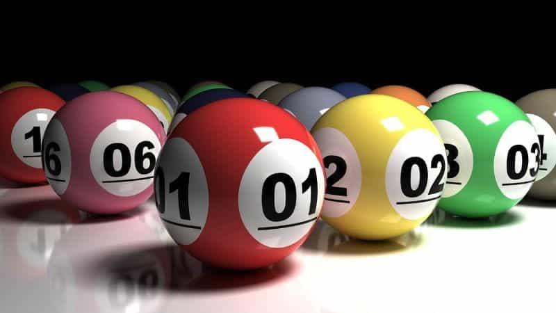 Bola bingo lotere bernomor warna-warni.