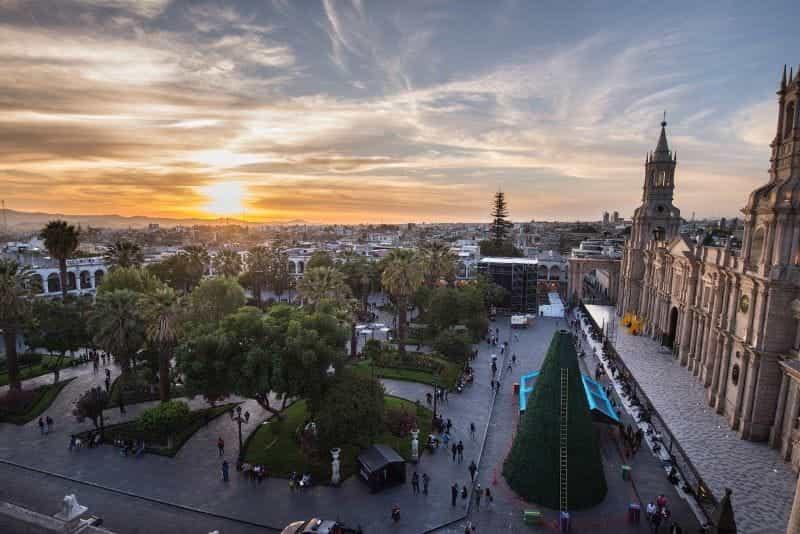 Katedral di sebelah alun-alun di Arequipa, Peru.