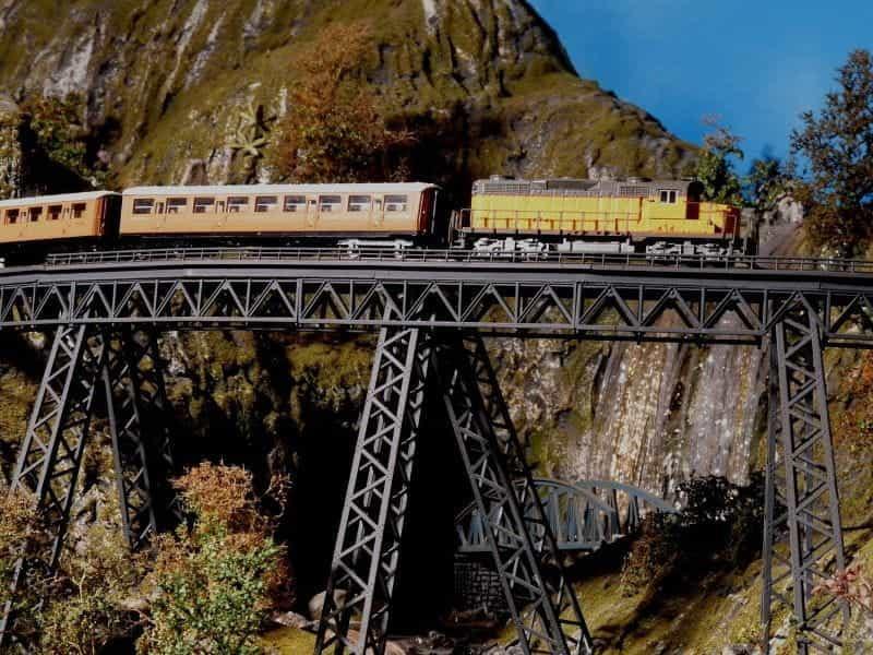 Sebuah kereta melewati Kereta Api Andes di Peru.
