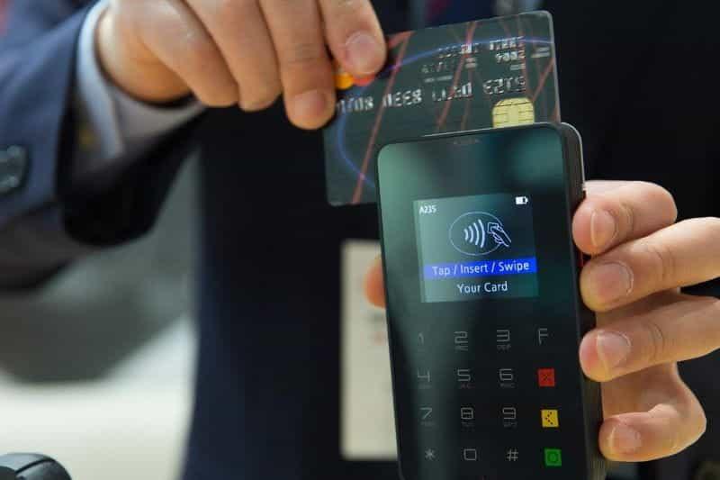 Mesin kartu kredit.