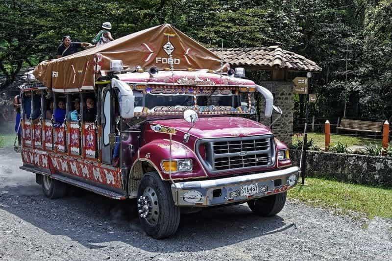 Bus warna-warni di Kolombia.