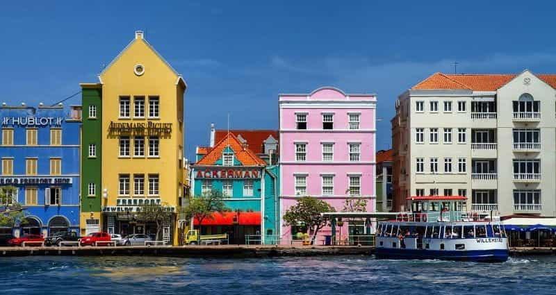 Vila-vila bergaya Belanda di sepanjang tepi pantai di Pulau Karibia Curaçao.