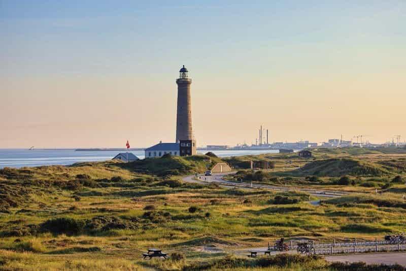 Tepi laut Denmark, dengan mercusuar.