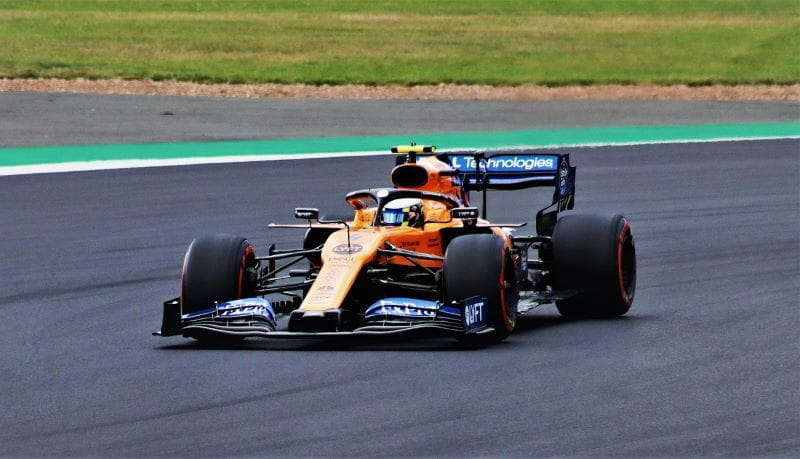 Lando Norris mengendarai McLaren Racing di Formula 1.