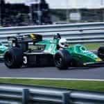 Mobil balap Formula 1 berkompetisi dalam perlombaan Grand Prix.